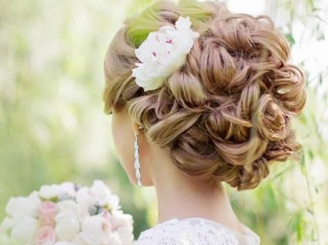 прически с искуственными цветами свадебные